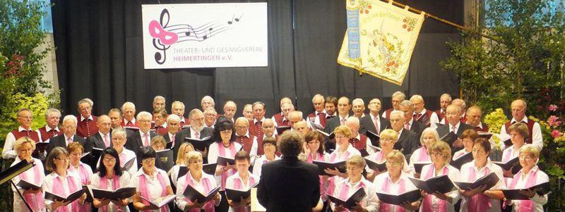 Über 60 Sängerinnen und Sänger singen gemeinsam den Gefangenchor aus der Oper Nabucco.