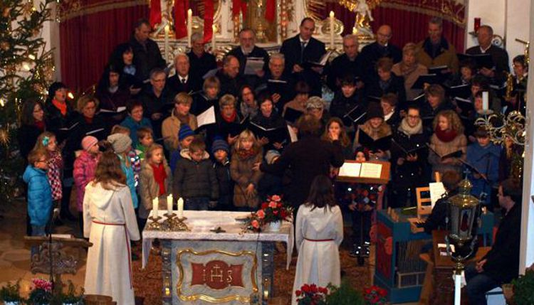 Kinder- und Jugendchor beim Auftritt am 2. Weihnachtstag